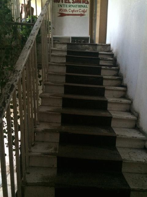 傾いた階段