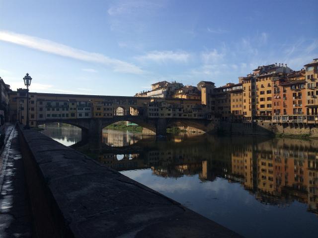 朝日に照らされるヴェッキオ橋